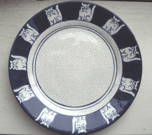 This time, the band of blue and white figures around the edge of the plate are cats.
