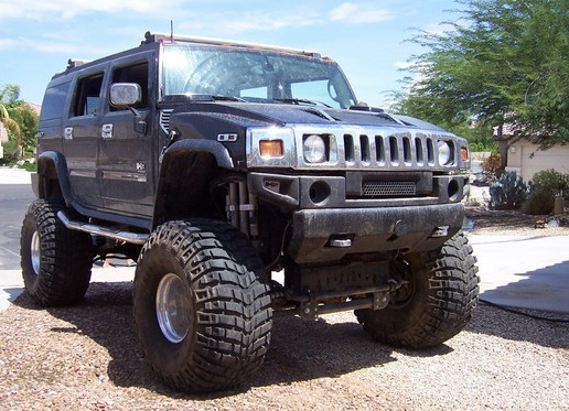 Not the car we saw, but it'll give you the idea. Apparently, jacking Hummers up on their axles is a thing. (Photo: Cardomain.com)