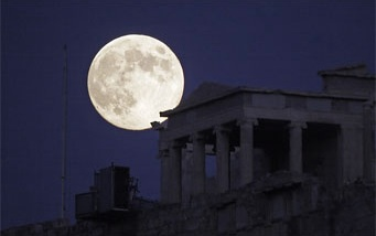 A blue moon rises over the Acropolis in Athen, Greece. (Photo: Anthony Ayiomamitis via Sky and Telescope)